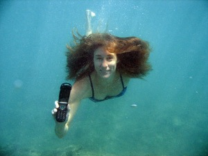 underwater-woman-with-cell-phone